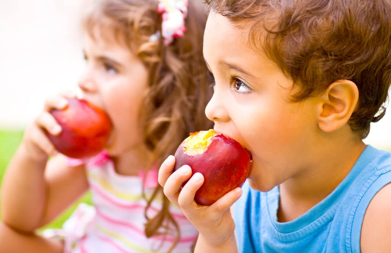 kids-eating-fruit